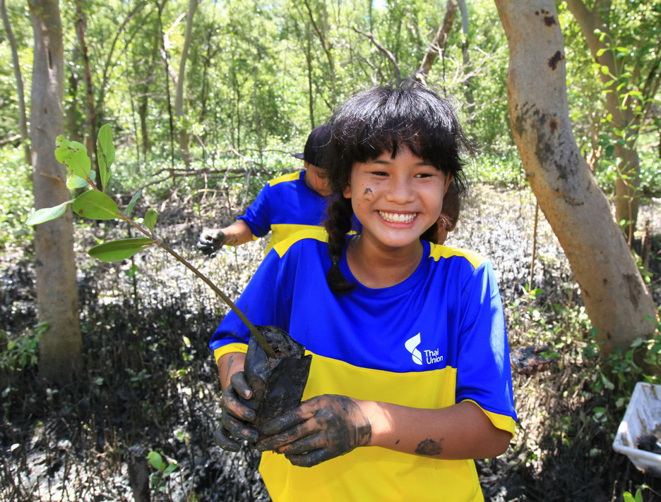Students from Luangpat Kosoluptum School planted mangroves and learned about forest conservation at the Mangrove Forest Natural Education Center in Samut Sakhon during a recent field trip organized by Thai Union. Photo Credit: Thai Union/Wichaw Apiluxpoowadol