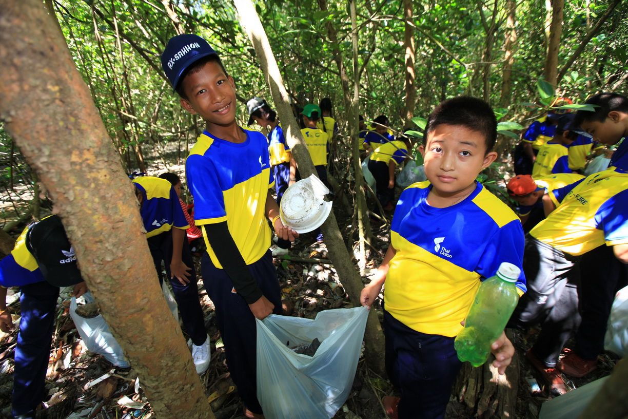 Students from Luangpat Kosoluptum School collect litter in oxo-biodegradable bags at the Mangrove Forest Natural Education Center in Samut Sakhon during a recent field trip organized by Thai Union. Photo Credit: Thai Union/Wichaw Apiluxpoowadol